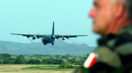 Un avion militaire français en phase d'atterrissage à Abdeche, au Tchad, 3 août 2004 REUTERS/Radu Sigheti