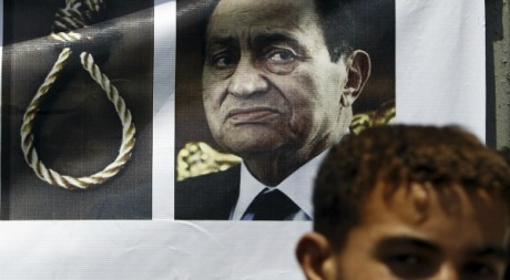 Affiche de l'ex-raïs Hosni Moubarak devant la Haute Cour Constitutionnel au Caire le 14 juin 2012. Reuters/Amr Dalsh