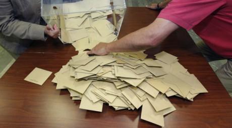 Dépouillement lors des législatives françaises, 10 juin 2012. REUTERS/Stephane Mahe