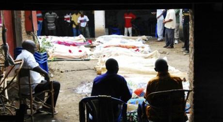 Des familles autour de la dépouille de leurs proches, après l'attaque d'un bar à Bujumbura, septembre 2011. © REUTERS/Stringer
