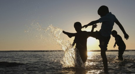 Des enfants jouant dans la Méditerranée sur la côte de Benghazi en Libye REUTERS/Esam Al-Fetori