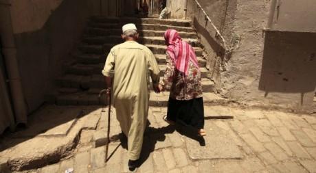 Deux personnes âgées dans la vieille ville de Constantine le 21 juin 2012. Reuters/Zohra Bensemra