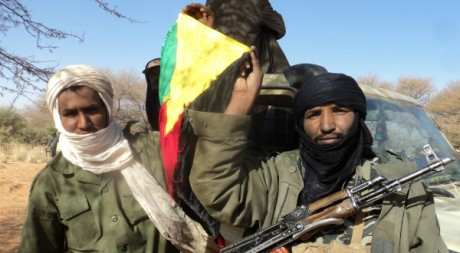 Rebelles touareg laïcs du MNLA brandissant leur drapeau, nord du Mali, 26 janvier 2012 © Magharebia/flickr