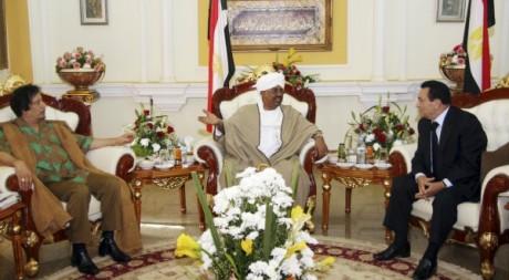 Omar el-Béchir reçoit Mouammar Kaddafi et Hosni Moubarak, Khartoum, 21 décembre 2010. REUTERS/Mohamed Nureldin Abdallah