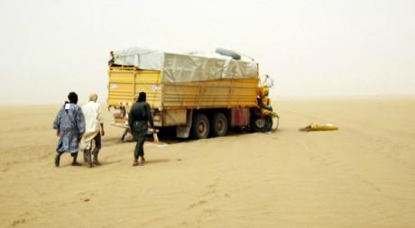 Miliciens d'Ansar Dine à l'approche d'un véhicule d'Ansar Dine, nord du Mali, 20/06/2012, REUTERS/Stringer