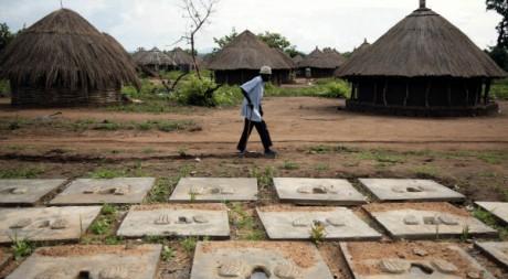 Couvercles de latrine en béton, Camp de réfugiés d'Okidi à Kitgum, Ouganda10/06/2007, REUTERS/E. Denholm