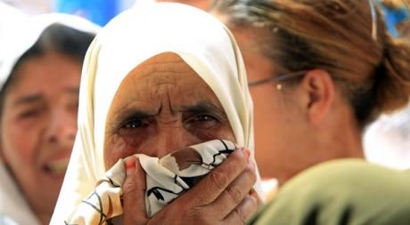 Une femme âgée attend de l'aide alimentaire à Alger le 20 août 2010. Reuters/Zohra Bensemra