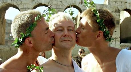 Des homosexuels s'embrassent devant le Colysée, Rome © Reuters Photographer / Reuters