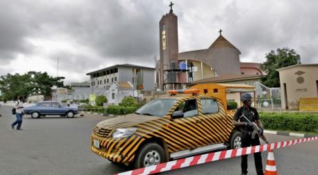 Un agent de police monte la garde devant une église à Abuja, 24/06/2012, REUTERS/Afolabi Sotunde