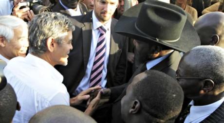 Georges Clooney serre la main du président Kiir le 9 juillet 2011 à Juba © Thomas Mukoya / Reuters