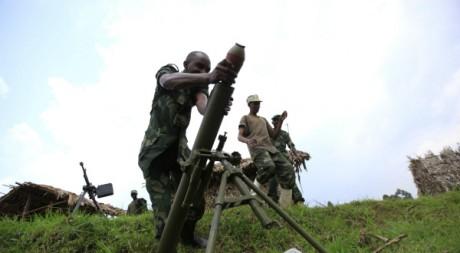 Un rebelle du M23 charge un mortier, dans le Nord-Kivu, RDc, 12 juillet 2012. REUTERS/James Akena