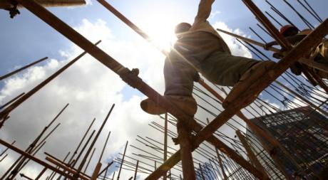 Un ouvrier sur un chantier d'autoroute, Nairobi, Kenya, 23/09/2011, REUTERS/Thomas Mukoya