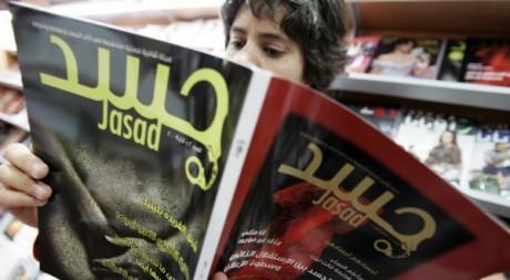 Une jeune femme lit un magazine littéraire à Beyrouth le 7 mai 2009. Reuters/Cynthia Karam
