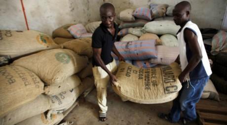 Des ouvriers entreposant des sacs de fèves de Cacao à Daloa, Côte d'Ivoire 2 mai 2012, REUTERS/Thierry Gouegnon