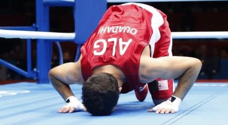 Le boxeur algérien Amine Ouadahi fête sa victoire en 16e de finale aux Jeux olympiques. REUTERS/Murad Sezer