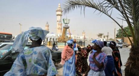 Des femmes devant la grande mosquée de Touba. © ISSOUF SANOGO/ AFP