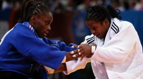 La judoka française Priscille Gneto aux prises avec la Cubaine Yanet Bermoy-Acosta, août 2011, à Paris. BERTRAND LANGLOIS / AFP