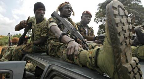 Des soldats ivoiriens patrouillent autour uu camp d'Akouédo, à côté d'Abidjan, Côte d'Ivoire - © Thierry Gouegnon / Reuters