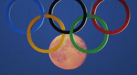 Anneaux olympiques déployés à Londres, août 2012. © REUTERS/Luke MacGregor