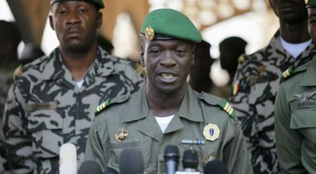 Amadou Sanogo en conférence de presse au camp militaire de Kati, 03 avril 2012, REUTERS/Luc Gnago