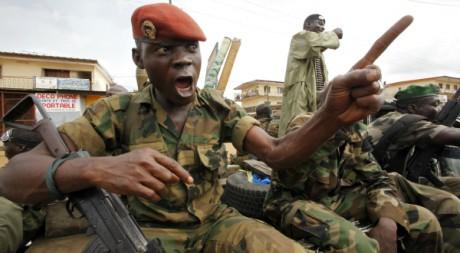 Un soldat ivoirien en patrouille à Dabou, 50 km à l'ouest d'Abidjan, 16 août 2012, REUTERS/Thierry Gouegnon