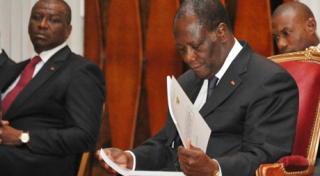 Alassane Ouattara lisant le rapport de la commission d'enquête sur les violences, Abidjan, 8 août 2012 ,Afp Photo/Sia Kambou