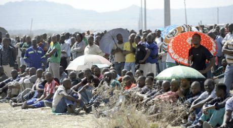 Les mineurs en grève de Lonmin à Marikana, le 21 août 2012. © AFP PHOTO / STEPHANE DE SAKUTIN