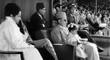 La princesse Lalla Amina en 1957 sur les genoux de son père Mohammed V © Jacques Belin/AFP