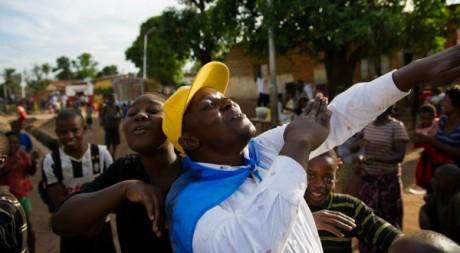 Des jeunes fêtent la victoire de Joseph Kabila le 9 décembre 2012. PHIL MOORE/AFP PHOTO