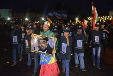 Portrait du Premier ministre éthiopien défunt, Meles Zenawi, brandi par des jeunes, Addis Abeba, 31 août. ©REUTERS/Stringer