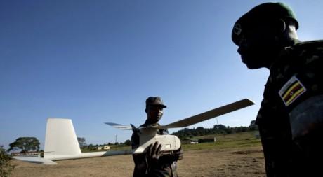 Des militaires ougandais utilisent un drone américain à Kampala, le 3 août 2012. REUTERS