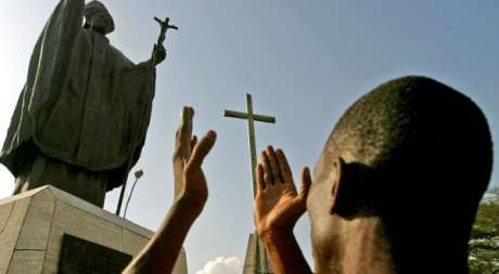 Un homme prie à la cathédrale Saint-Paul d'Abidjan, 03 avril 2005, REUTERS/Stringer