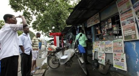 Un kisoque à journaux à Treichville, un quartier d'Abidjan, novembre 2010. ©REUTERS/Luc Gnago