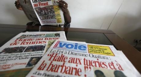 Presse ivoirienne pro Gbagbo à Abidjan, le 14 mars 2011. REUTERS