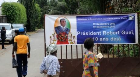 Banderole commémorative de la mort de Robert Guéi, Abidjan, 19 septembre 2012.SIA KAMBOU / AFP