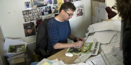 Charb, directeur de Charlie Hebdo, signant un numéro de la caricature, 19 septembre 2012, AFP/Fred DUFOUR