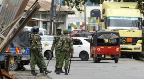 Des forces de l'ordre sécurisant la zone où un religieux musulman a été tué, Mombasa, 29 août 2012. © REUTERS/Thomas Mukoya