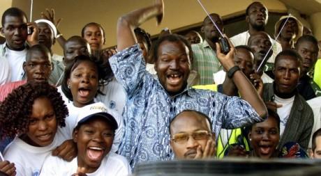 Des Maliens qui jubilent lors d'un match de Coupe d'Afrique des nations, 3 janvier 2002/ REUTERS/Antony Njuguna
