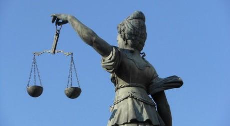 balance de la justice tenue par une femme. Via Flikr by Mikecogh