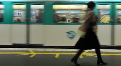 Une femme dans le métro parisien le 28 octobre 2010. AFP/MIGUEL MEDINA