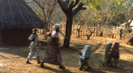 Des fillettes sénégalaises en route pour un rite initiatique, photo de John Atherton, le 4 janvier 1982
