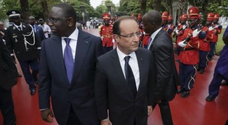 Les présidents Macky Sall et François Hollande arrive au palais présidentiel à Dakar, 12 octobre 2012. REUTERS/Philippe Wojazer