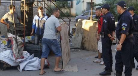 Vendeurs ambulants chassés par la police à Alger. Louafi Larbi/ Reuters