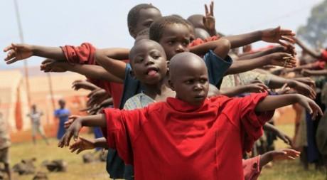 Des enfants congolais du Nord-Kivu jouent dans le camp de réfugiés de Kisoro en Ouganda, 13 juillet 2012. REUTERS/James Akena