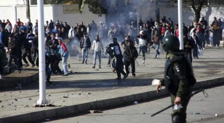 Affrontements dans la banlieue d'Alger le 31 janvier 2012. Reuters/Stringer