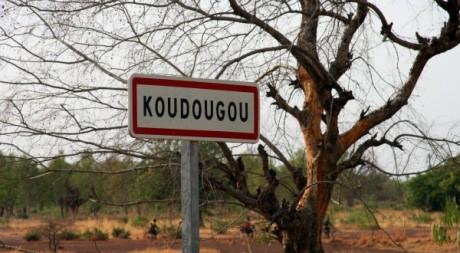 Panneau d'entrée dans la ville de Koudougou, avril 2011. © AHMED OUOBA / AFP