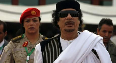 Mouammar Kadhafi à l'aéroport de Syrte le 26 mars 2010. Reuters/Zohra Bensemra