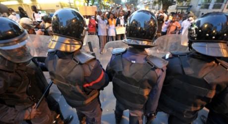 Affrontements entre jeunes et policiers, le 23 février 2012. AFP/ Seyllou