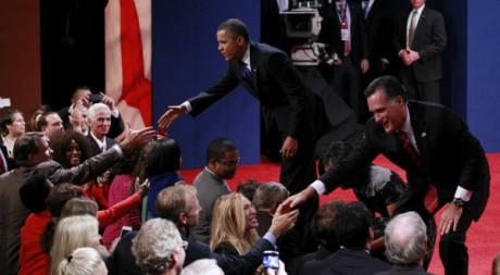Les candidats à la Maison Blanche, Barack Obama et Mitt Romney, après leur dernier débat, Boca Raton.        REUTERS/Joe Skipper