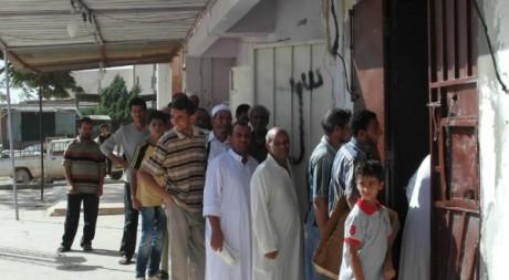 File d'attente deavant une boulangerie, Bani Walid, novembre 2012. © Mathieu Galtier